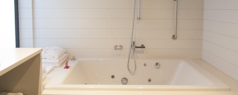 Deluxe_Room_Bathroom_1
