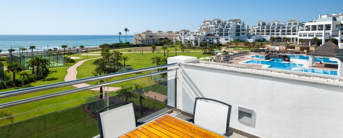fuerte-estepona-habitaciones-doble-familiar-suite-apartamento-1-2-frontal-terraza-salon-1_copy