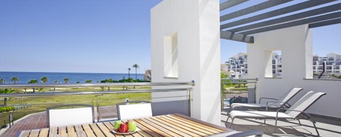 fuerte-estepona-habitaciones-suite-apartamento-2-dormitorios-frontal-terraza-1_copy